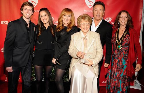 Bruce-Springsteen-con-toda-su-familia-en-el-MusiCares
