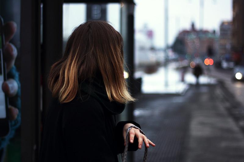 Mari på busshållplatsen