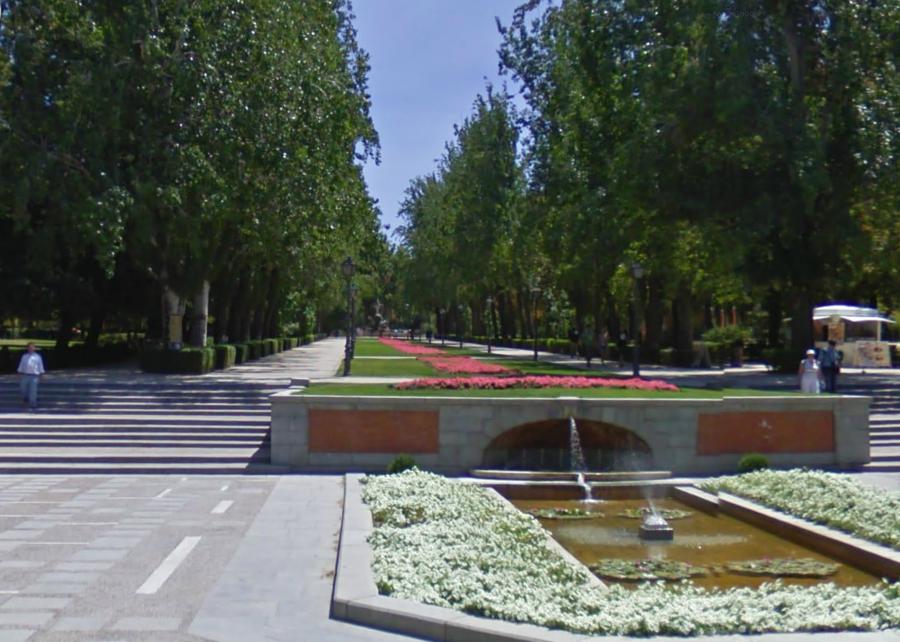 Door de Puerta de la Independencia, ingang van het park