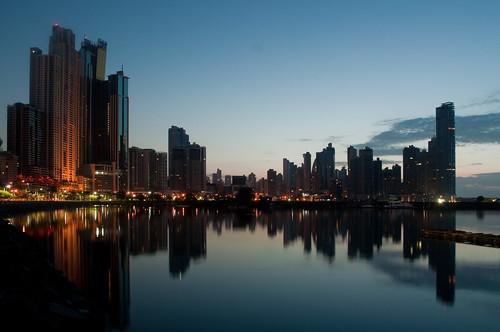 azul night sunrise luces mar agua clear amanecer reflejo nocturna panama moderna rascacielo largaexposicion oceanopacifico puntapaitilla horaazul