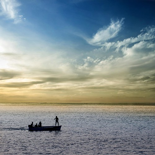 ocean sunset people silhouette boot boat meer raw sonnenuntergang silence simplicity tropical mauritius horizont aoi ruhe tropen 100faves einfachheit peaceaward d700 heartaward world100f platinumpeaceaward bestcapturesaoi worldpeacehalloffame gallerytheverybestofpeacegroup