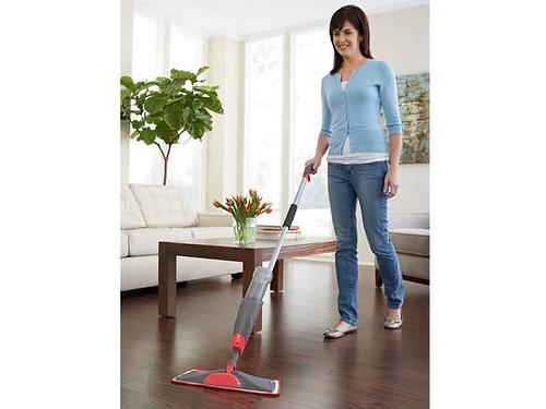 donna che fa le pulizie di casa passando l'aspirapolvere