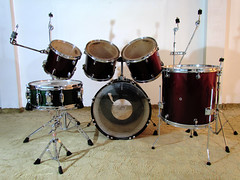 string instrument(0.0), drummer(0.0), musician(0.0), timbale(0.0), timbales(0.0), electronic instrument(0.0), tom-tom drum(1.0), percussion(1.0), bass drum(1.0), drums(1.0), drum(1.0), skin-head percussion instrument(1.0),