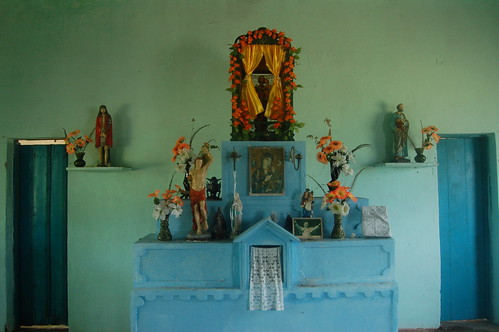 In der Kirche steht ein gepflegter Altar