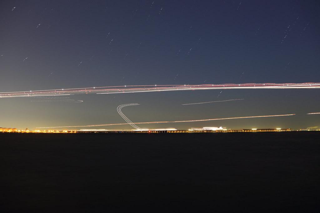 着陸態勢の軌跡 着陸態勢の軌跡 浮島町公園から運河を挟んで向かいに位置する羽田空港方面を撮影。長