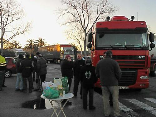 Imatge a saint gobain a l´arboç , piquet al matí bloquejant entrada de camions