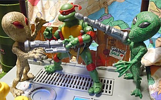 "DOLLAR TREE :: ""ALIEN"" ACTION FIGURE; Green & Tan xix // .. with TMNT Classics Raph  '12 (( 2012 ))"
