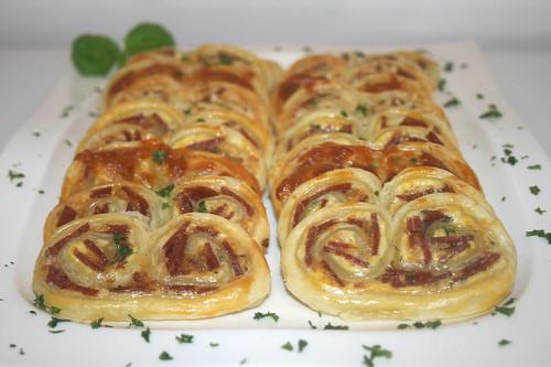 23 - Blätterteigbrezeln mit Salami & Kräuterfrischkäse - Seitenansicht / Puff pastry pretzels with salami & herb cream cheese - side view