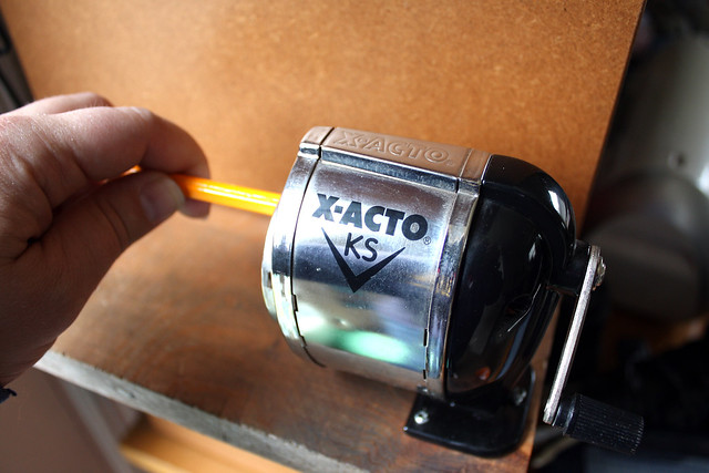 Hand crank pencil sharpener