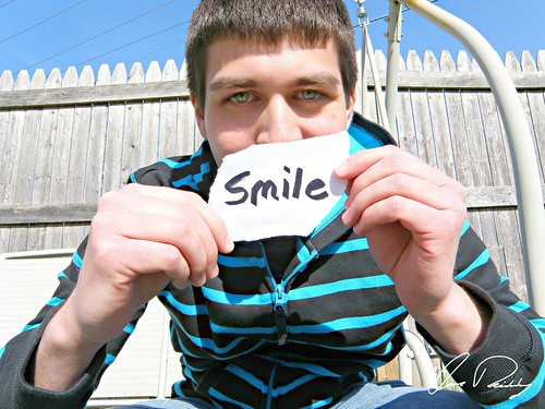 smile smiling happy happiness holding note