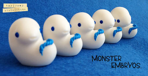 MONSTER-EMBRYOS-WINTER-WHITE-RESIN-TOY-DESIGNER-TOY-WHITE-BLUE-TAYLORED-CURIOSITIES-2