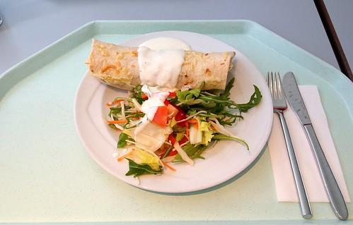Gefüllter Tortilla mit Hühnerfleisch und Gemüse & Salatgarnitur