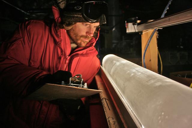 Amostra de gelo na Antártida ocidental fornece informações sobre os registros históricos das temperaturas. Foto: Oregon State University