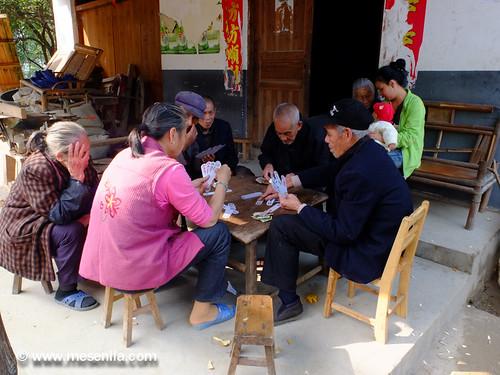 Jugant a cartes en un petit poble de Xina