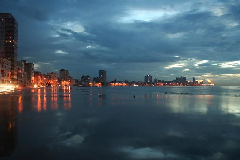 Avenida del Puerto junto ao Mar em Havana