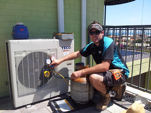 <p>Rob weighing in the additional refrigerant charge to a Teco 6.3kW wall split install.</p>