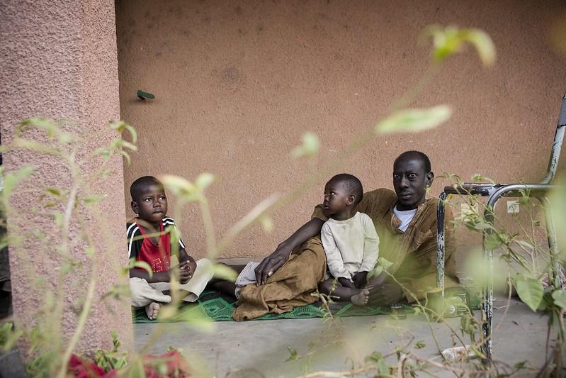 Harouna Maiga e seu filho, Alkassoun, moram em um conjunto, em Bamako, junto com outras famílias deslocadas do norte do Mali. Fotos: ACNUR/G. Gordon