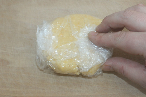 15 - Teig in Folie einwickeln und kühl stellen / Put dough in foil and into the fridge