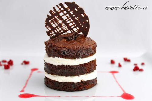 Bizcocho de chocolate negro relleno de crema chantilly