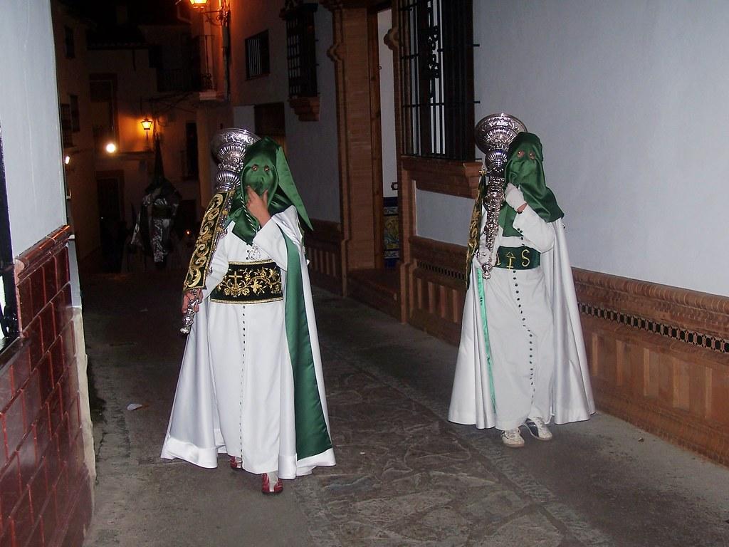 Penitentes blancos a su paso por la Calle Alta. Foto: ÁNGEL MEDINA