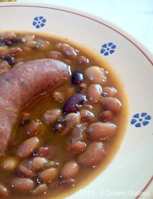 Zuppa di fagioli misti e salsicce