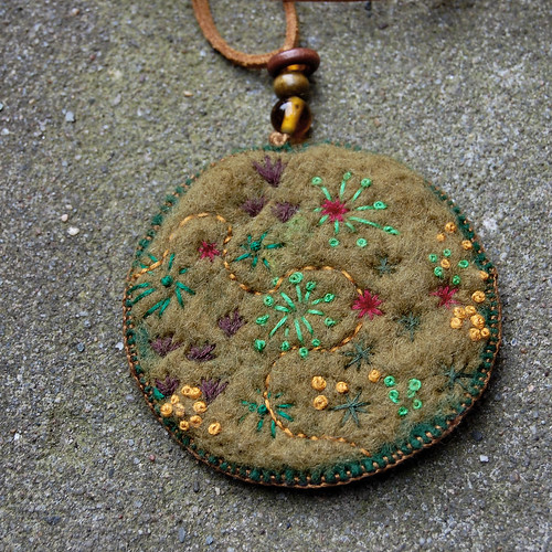 Felt pendant necklace 'Moss' - front