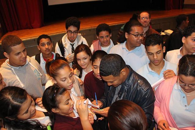 El Jeffrey con estudiantes