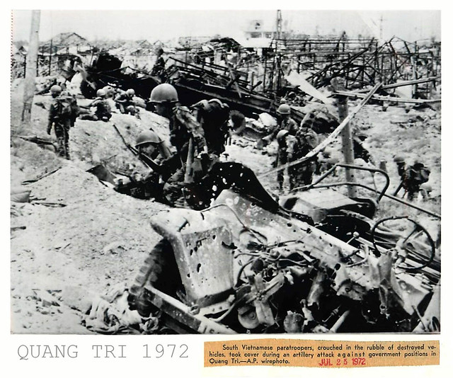 1972 Vietnamese Paratroopers Take Cover in Ruins of Quang Tri - Press Photo