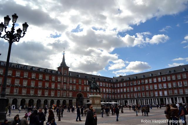 Madrid: La plaza Mayor y su gente.