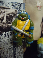 "HOPE INDUSTRIES ""TEENAGE MUTANT NINJA TURTLES"" Magnets :: 'HAPPY' LEONARDO Digital Watch // ..broken cover; modified into magnet (( 1988 ))"