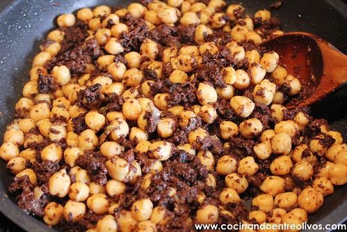 Revuelto de morcilla y garbanzos. www.cocinandoentreolivos (7)