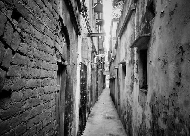 A narrow walkway in Kolkata