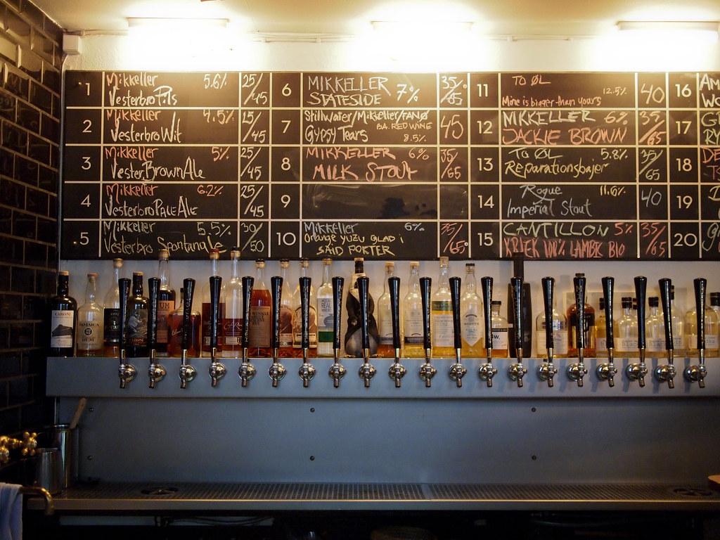 Boire une bière à Copenhague, ici dans le Mikkeller Bar, quartier de Vesterbro. Photo d'Adam Chandler.