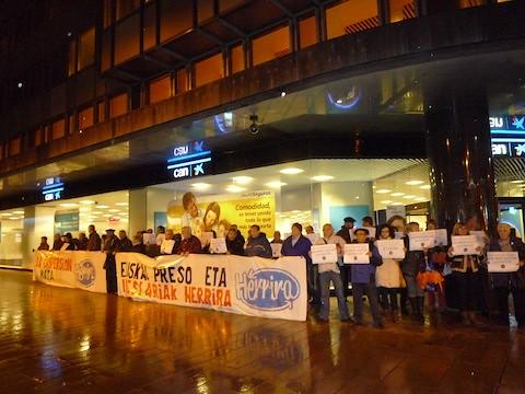 2013-03-11 - Kontzentrazioa Iruñean, PPren egoitzaren aurrean