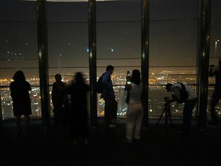 """Depuis la plateforme d'observation """"At The Top"""" de la Burj Khalifa Tower une fois la nuit tombée"""