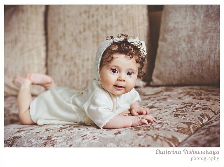 фотограф Екатерина Вишневская, хороший детский фотограф, семейный фотограф, домашняя съемка, студийная фотосессия, детская съемка, малыш, ребенок, съемка детей, кудри, кудряшки, красивые глаза, красивый портрет, фотограф москва