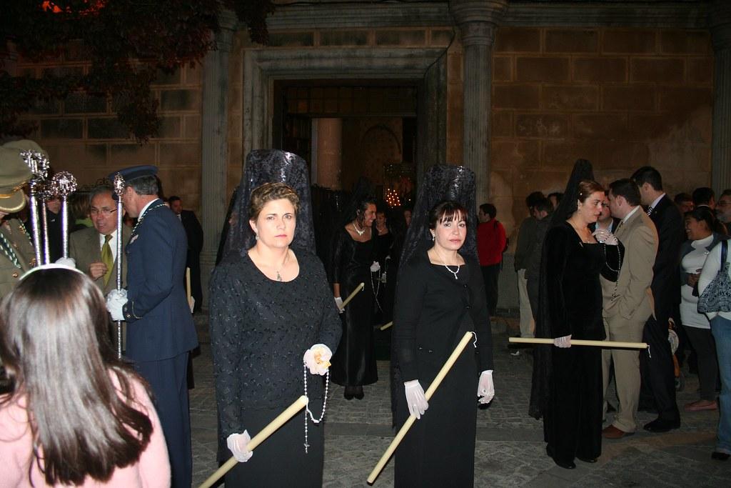 El Viernes Santo incorpora las mantillas a la procesión. Al final de la década de los '40 tambien salían el Jueves Santo. Lucen vestido negro y largo. FOTO: ÁNGEL MEDINA LAÍN