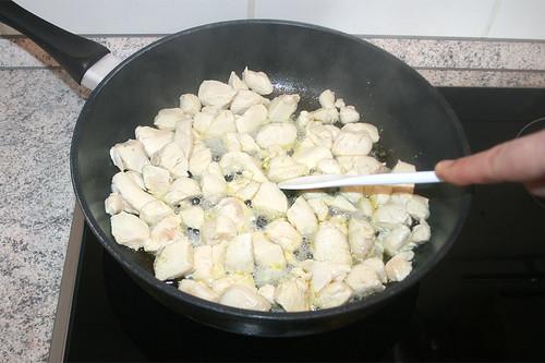 26 - Hähnchenbrust-Würfel scharf anbraten / Sear chicken breast dices