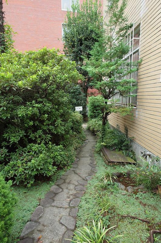 旧江戸川乱歩邸洋館受付口から中庭へ