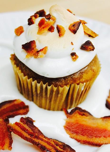 Pumpkin Cupcakes con frosty al caprino e bacon, profumati alla cannella.