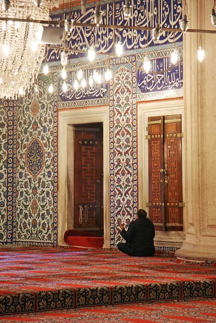 A man praying in Selimiye Mosque, Edirne, Turkey エディルネ、セリミエ・モスクで祈る男性