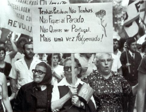 Foto de manifestação a preto e branco