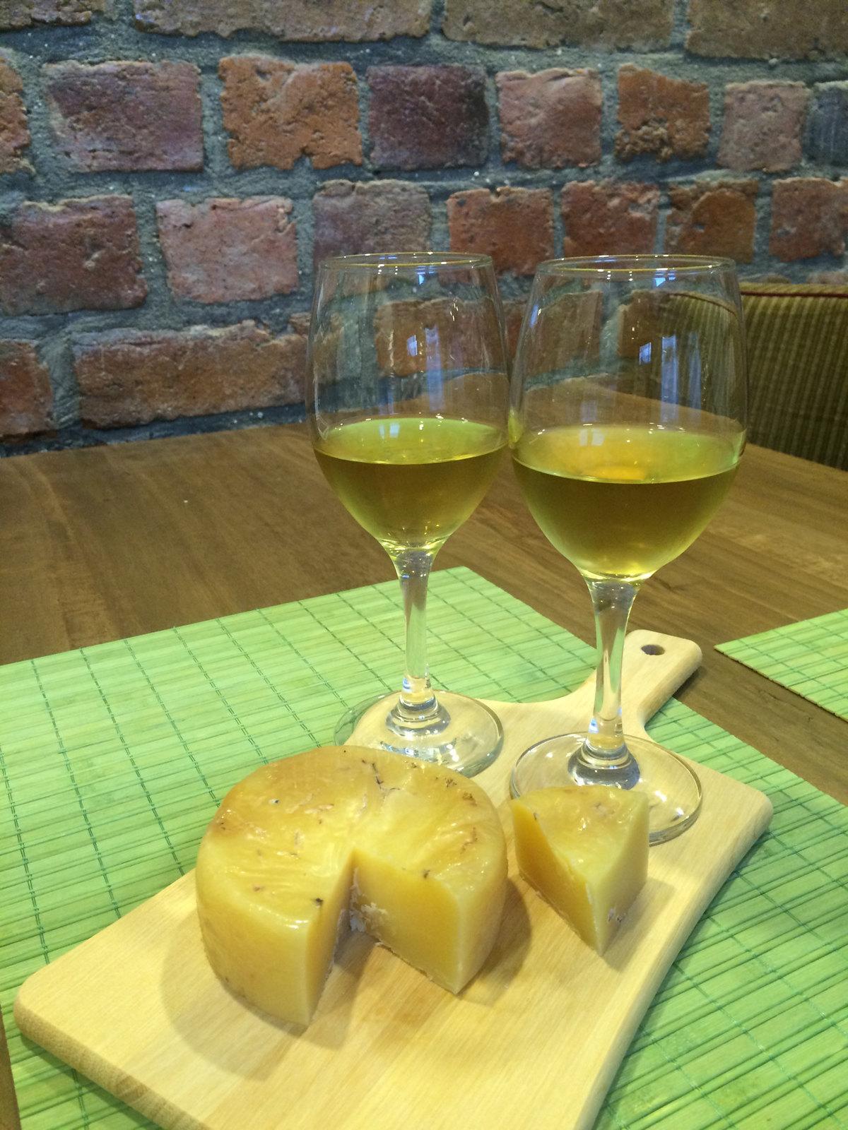 Viño Naranjo, Queso Maduro, y Marmellata De Cebollas 2