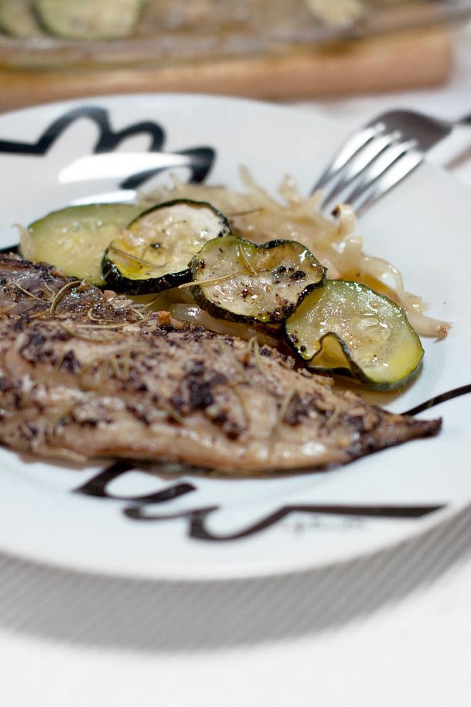 Chicharro al horno con calabacín y cebolla