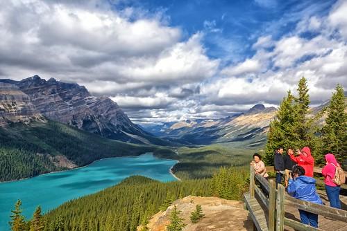 canada tourists alberta peytolake canadianrockies bowsummit banffpark peytolakeviewpoint mistayarivervalley