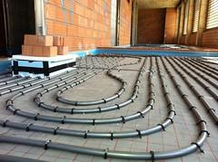 Un terra radiant permet la climatització del local amb un cost energètic molt inferior al d'un sistema d'aire o de radiadors convencionals.