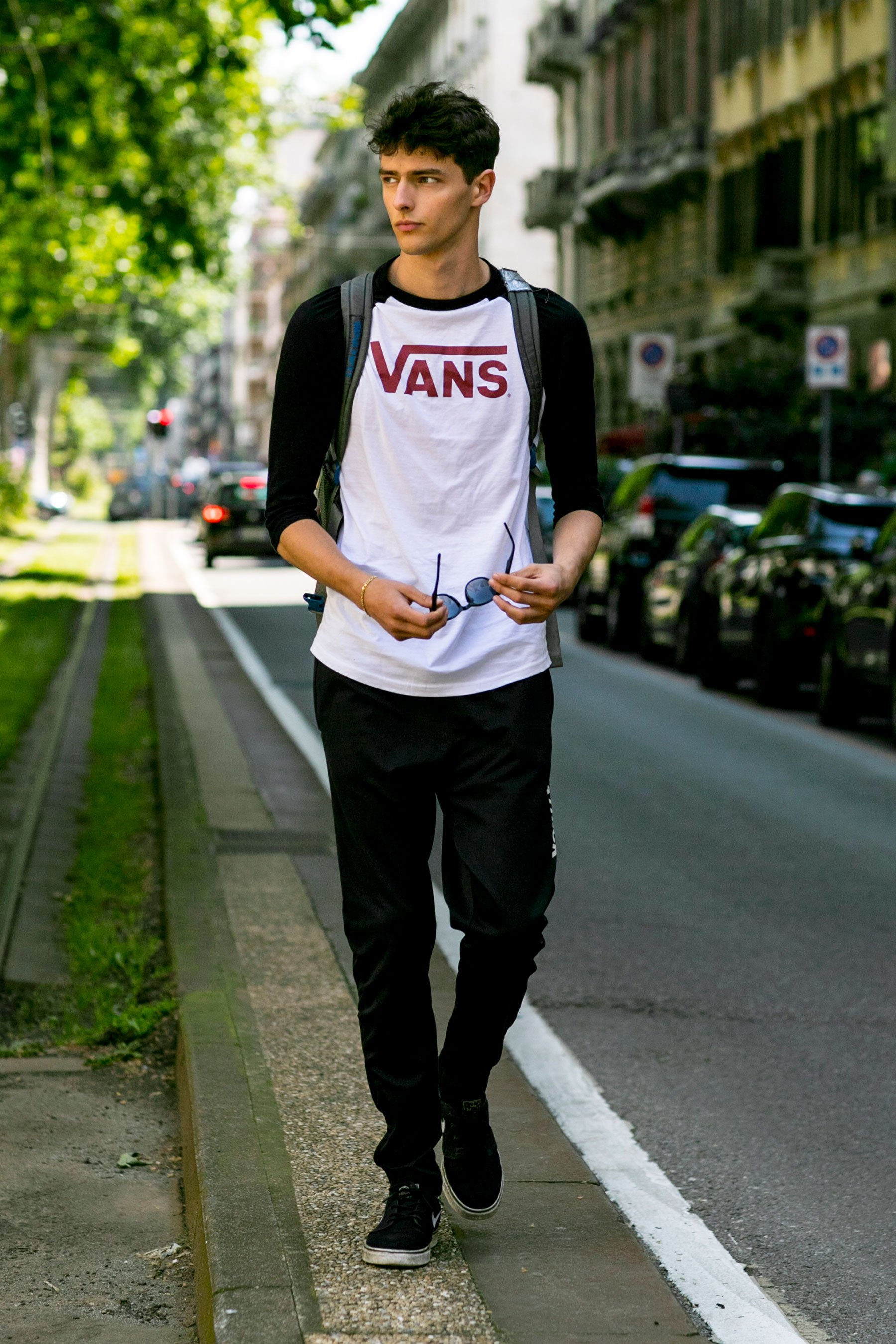 VANSラグランロングTシャツ×黒パンツ×Nike SB ズーム ステファンジャノスキー黒