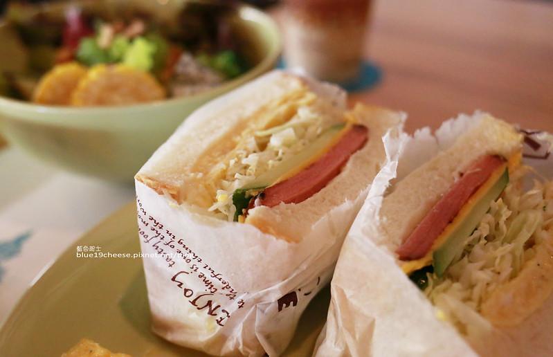 角食輕旅行-早午餐有春陽高山野菜.自家製7種益生菌優格.還有日本產星野天然酵母麵包種和鳥越製粉加自家培養酵母菌費時製成的三種特色吐司可選購