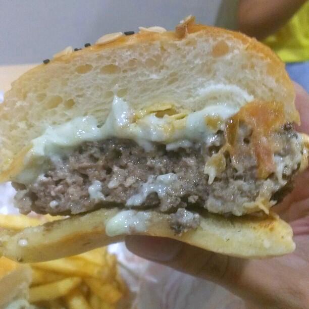 burger junkyard - kota damansara - blue cheese burger 1