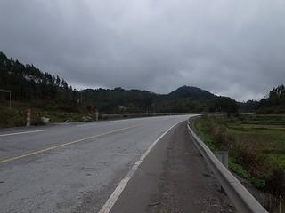 山あいの道